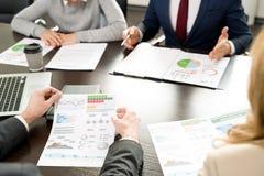 Diskussion von analytischen Daten bei der Sitzung lizenzfreie stockfotografie