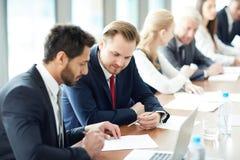 Diskussion von Aufgabe an der Business-Class stockfoto