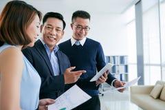 Diskussion von Geschäftsdiagrammen Lizenzfreie Stockbilder