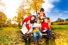 Diskussion von Skizzen im Herbstpark Stockbilder