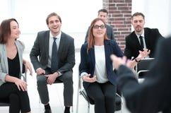 Diskutera den företags finansiella rapporten med laget som talar till anställda royaltyfria foton