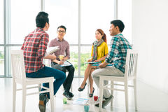 Diskutera deras idéer Arkivfoto