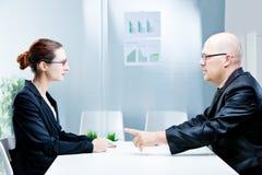 Diskutera för för affärsman och kvinna Royaltyfria Foton