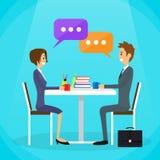 Diskutera för man och för kvinna för affärsfolk talande Arkivfoto