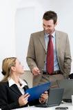 diskutera för affärskollegor som är lyckligt Arkivfoto