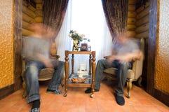 diskutera män near fönster två Royaltyfri Bild