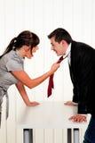 Diskutieren Sie unter Angestellten bei der Arbeit im Büro Lizenzfreies Stockfoto