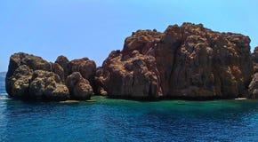 Dislice Adasi海岛土耳其,岩石全景 这疆土在爱琴海非常受欢迎在游人中 免版税库存照片