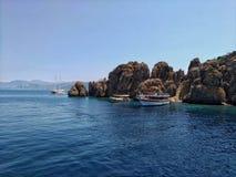 Dislice Adasi海岛土耳其,岩石全景 这疆土在爱琴海非常受欢迎在游人中 免版税库存图片