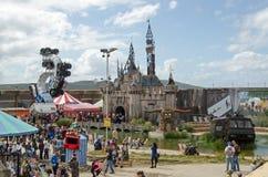 Dismaland城堡和人群 免版税库存图片