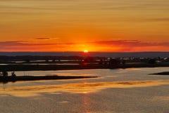 Disminución anaranjada hermosa sobre Volga Foto de archivo libre de regalías