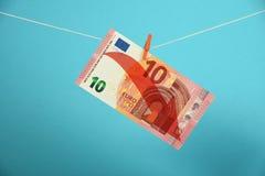 Disminución euro ilustrada sobre azul Fotografía de archivo