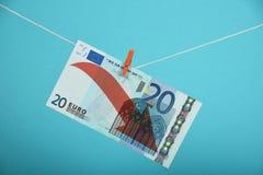 Disminución euro ilustrada sobre azul Fotografía de archivo libre de regalías
