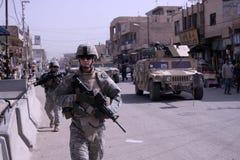 dismounted militär patrullpolis Royaltyfri Bild