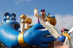 Disney Aladdin et génie pendant un défilé images stock