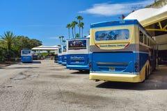 Disney-bussen die op einda-vervoersgebied in Orlando International Airport worden opgesteld royalty-vrije stock afbeeldingen