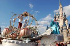 Disney Cinderella e principe durante la parata Immagini Stock