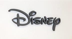 Disney Company logotecken Gråa plast-bokstäver på den vita väggen Arkivbilder