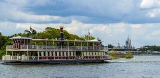 Disney-de peddelstoomboot van Wereldorlando florida magic kingdom en cinderellakasteel royalty-vrije stock afbeelding
