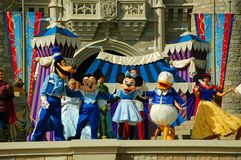 Disney-Figuren auf Stadium Lizenzfreies Stockfoto