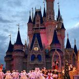 Disney-Figuren, die an Walt Disney World Christmas-Partei performancing sind Stockbilder