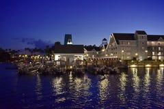 Disney-Promenadehotel op blauwe nachtachtergrond in het Uitzichtgebied van Meerbuena stock foto