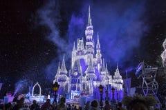 Disney-` s Cinderella Castle With Christmas Icicles Lizenzfreie Stockfotos