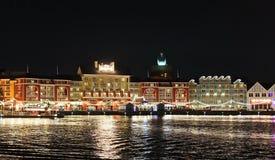 Disney& x27; s-Promenade glüht nach Einbruch der Dunkelheit Stockbild