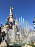 Disney slott med en regnbåge royaltyfria bilder
