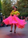 Disney ståtar den kostymerade dansaren i vertikal orientering arkivfoto