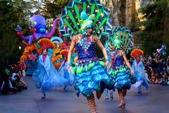 Disney ståtar ljusa dräkter för dansare royaltyfri foto