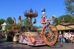 Disney ståtar på Disneyland royaltyfria foton