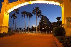 Disney strandpromenad till delfinsemesterorten Royaltyfria Foton