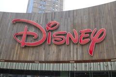 Disney tecken på byggnad på Lujiazui det finansiella området i en molnig dag arkivbilder