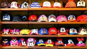 Disney-Themahüte auf Regalen stockbild