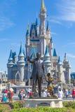 Disney-Welt Orlando Florida Magic Kingdom Castle mit Walt Disney und Micky Mouse lizenzfreie stockfotos