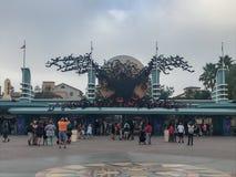 Disneyland's Kalifornien affärsföretag på allhelgonaafton arkivfoton