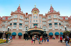 Disneyland - Haupteingang zum Park Stockbilder