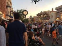 Disneyland Kalifornien gataplats på den upptagna natten royaltyfri fotografi