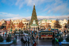 Disneyland París con las decoraciones de la Navidad Fotos de archivo libres de regalías