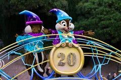 Disneyland Parijs karakters op parade stock afbeeldingen