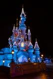 Disneyland Parijs Kasteel bij nacht met Kerstmisdecoratie stock foto's