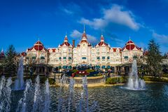 DISNEYLAND PARIS - December 18, 2017: Disneyland parkerar i Paris, Frankrike arkivbild