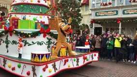 Disneyland, Paris, Frankreich - 30. Dezember 2016 Disneyland-ParadeMickymaus doof Pluto stock footage