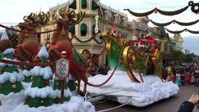 Disneyland, Paris, Frankreich - 30. Dezember 2016 Santa Claus Parade in Paris, Frankreich Sylvesterabend im Dezember 2017 stock footage