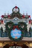 Disneyland Paris ingång på jul fotografering för bildbyråer