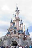 Disneyland Paris - 14 Maj 2016: Disneyland parkerar i Paris, Frankrike Sova skönhetslotten Royaltyfri Foto