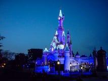 DISNEYLAND PARIS prinsessa Castle vid natt Royaltyfria Bilder