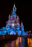 Disneyland Paris slott på natten med julpynt royaltyfri fotografi