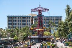 Disneyland-Park, Anaheim, Kalifornien, USA Achterbahn und Riesenrad Fröhliche Familienurlaube Stockfoto
